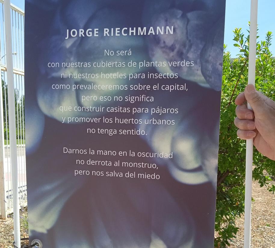 poema de Z en Centro Municipal de Salud Comunitaria de Usera, c.Avena 3, 24.6.21 -foto de M. A. Maeso